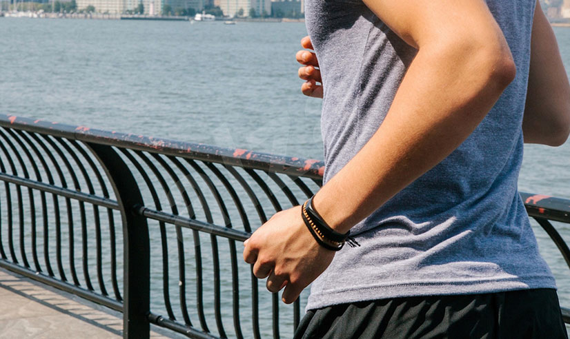 Возможность ношения не только на запястье - немаловажный фактор для тех, кто соблюдает строгий дресс - код на работе, но не забывает о своем здоровье. В таком случае гаджет возможно легко установить в области груди, при помощи специального ремня.