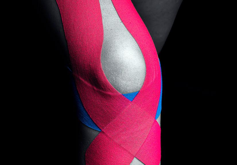 Тейпирование колена. Как правильно наложить кинезиотейп?