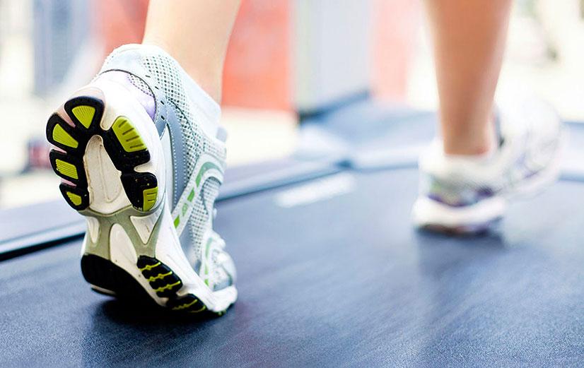 2802f884 Универсальных кроссовок не бывает. Чтобы тренироваться на беговой дорожке,  нужна именно беговая пара. Они необходимы для гашения ударной нагрузки, ...